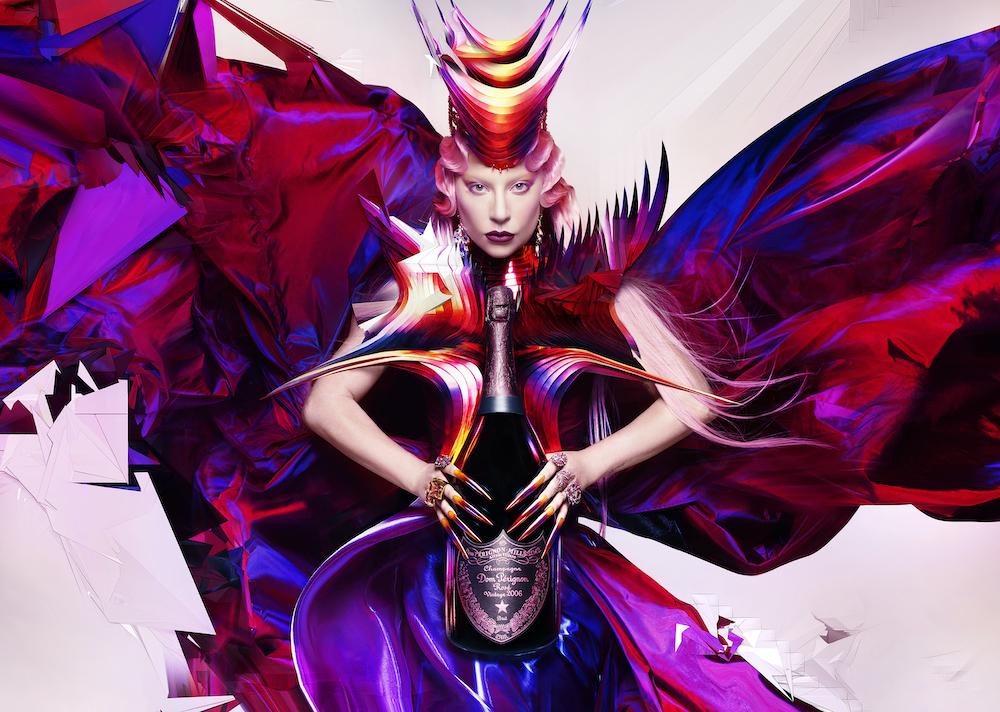 """""""創造の自由が支配する世界に君臨する、絶対的な女王""""としてのレディー・ガガを表現。"""