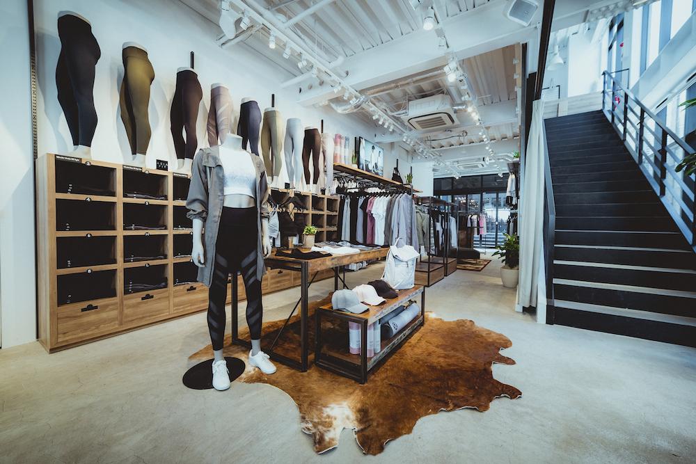 広々とした店内にはメンズ、レディースの多彩なコレクションが勢揃い。2階はヨガスタジオ「IGNITE YOGA STUDIO」が。