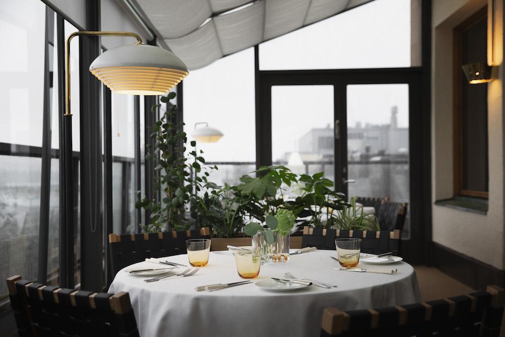 新しくなったヘルシンキの「サヴォイ レストラン」のテラス席。ここで使われているのが「611 チェア サヴォイ」。