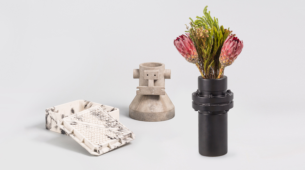 (左から)「CEMENT CONTAINER COVER」(W23.8×D23.8×H11cm)¥14,800、「CEMENT VASE CONNECTION」(Ø20×H23cm)¥15,800、「CEMENT VASE CONNECTION」(Ø17.5×H32cm)¥15,800