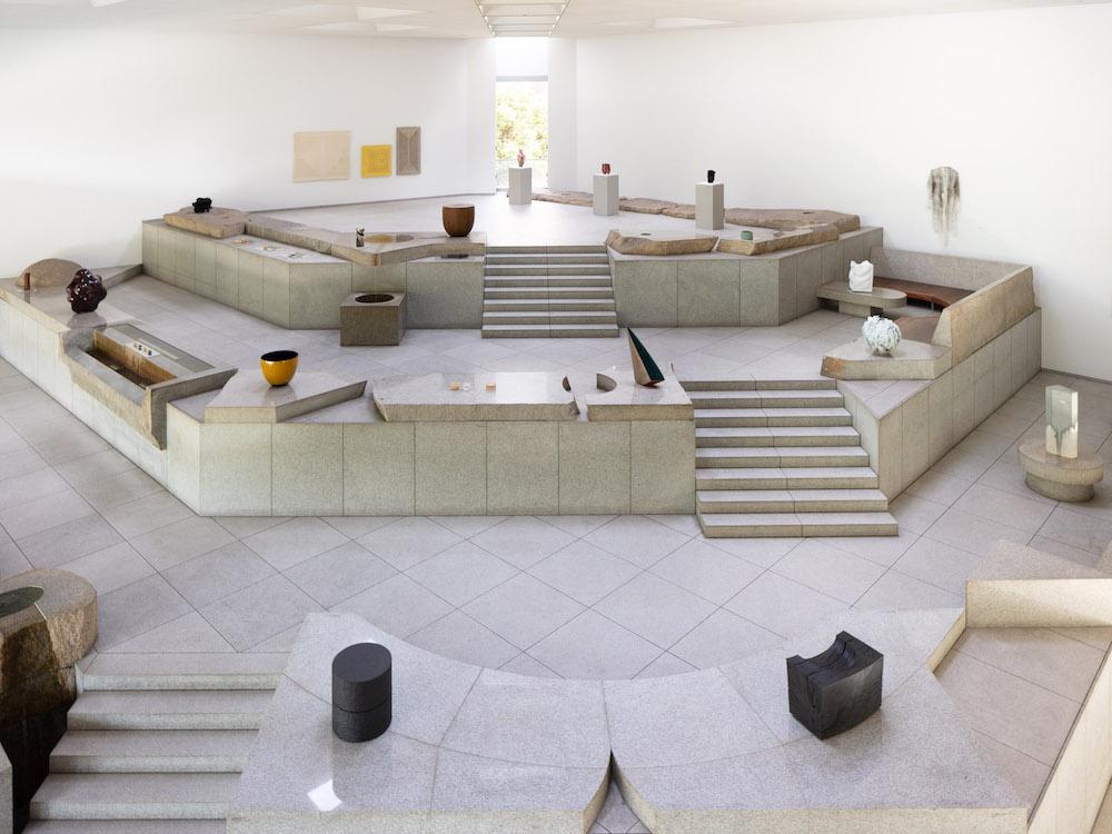 ファイナリスト29名の作品が、イサム・ノグチの「石庭」に映える展示。