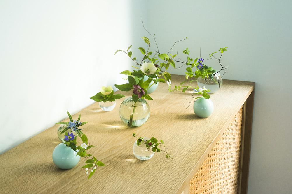 穴の位置に角度がついているため、花を挿しやすいのも魅力。つる性の植物なども綺麗に生けることができる。