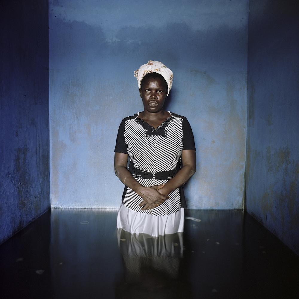 ギデオン・メンデル「ナイジェリア バイエルサ州 イボゲーネにて フローレンス・アブラハム」2012年11月