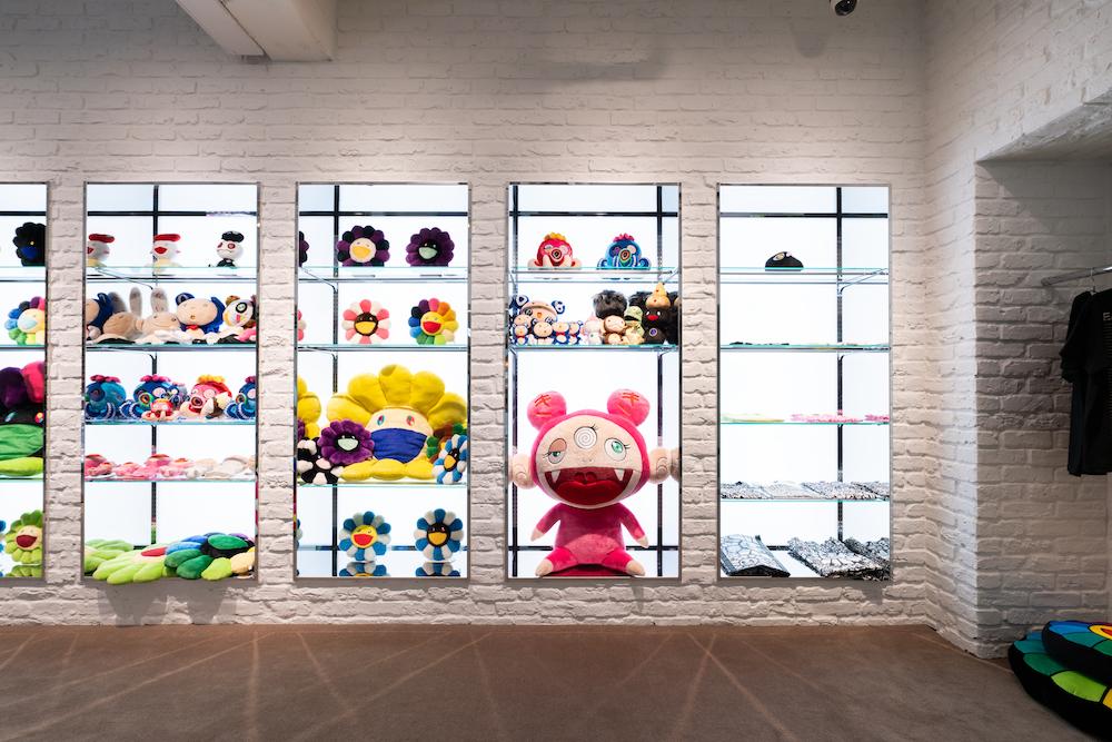 陳列棚にはカイカイ&キキ、お花、DOB、パンダなどのキャラクター商品がずらり。