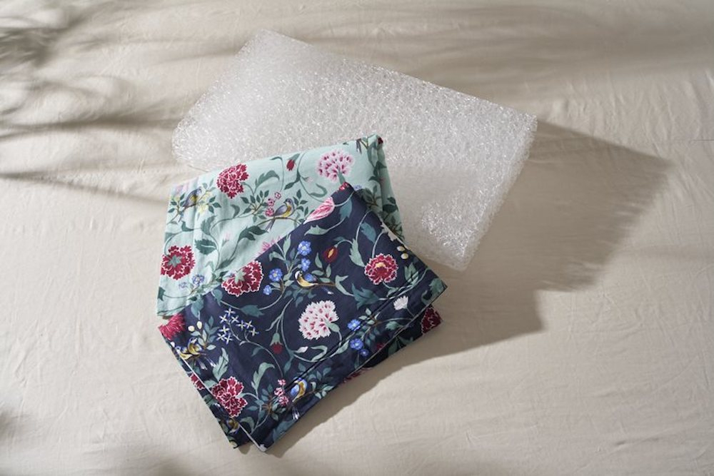 「KEITA MARUYAMA × BRAIN SLEEP  ピローカバー」(カラー:グリーン系・ネイビー系 ※リバーシブル仕様、サイズ:ブレインスリープピロー LOW/STANDARD用(一般的なサイズの枕にも使用可)・ブレインスリープピロー HIGH用)各 ¥6,600、「ブレインスリープピロー」(HIGH/LOW)各 ¥33,000