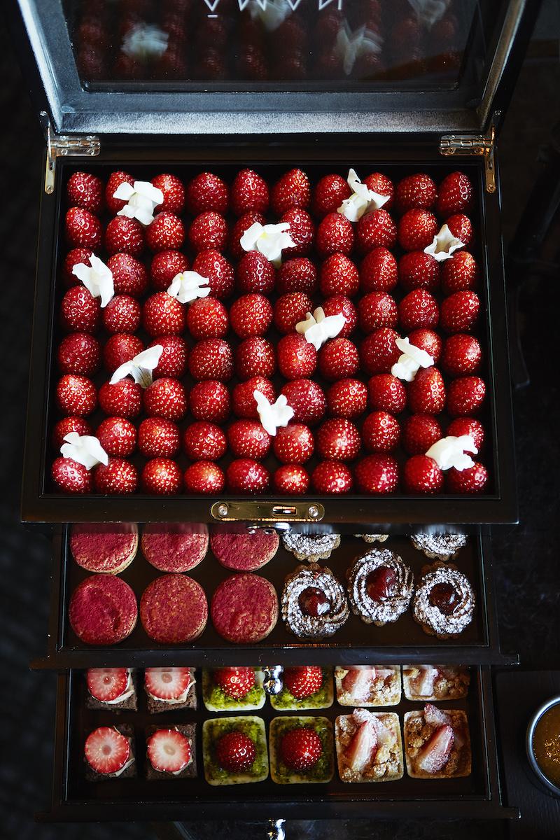 苺のプティスイーツは6種類の中から4種類をセレクト。甘酸っぱい香りに癒される!