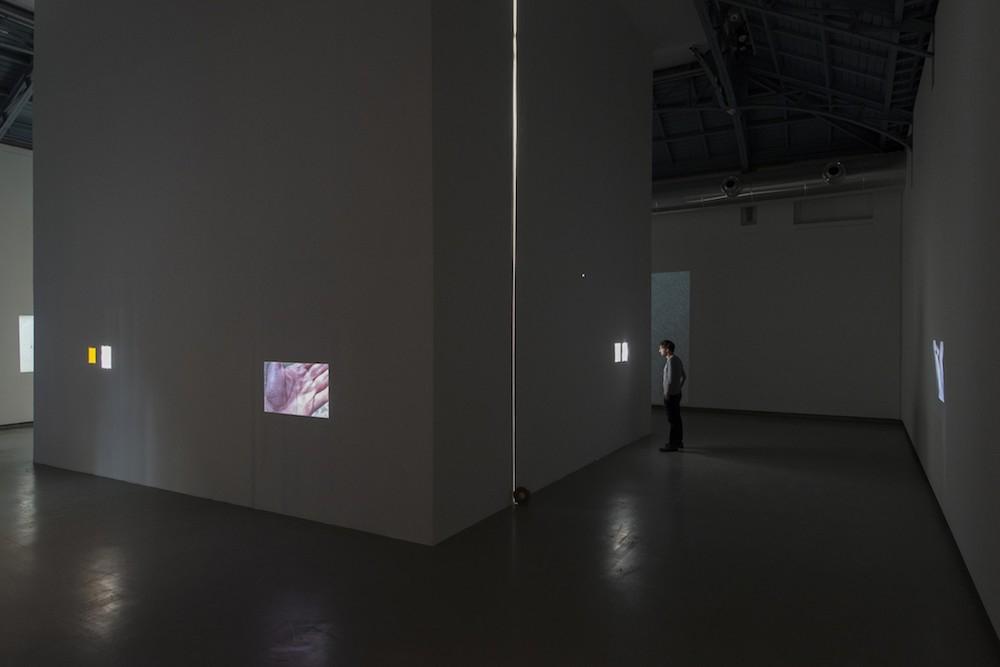 エルメス財団のギャラリー、ラ・ヴェリエール(ブリュッセル、2018年)での展覧会風景。Des gestes à peine déposés dans un paysage agité | 2018 | © Isabelle Arthuis, Courtesy of Fondation Hermès