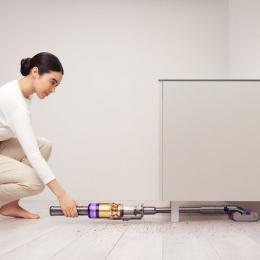 180°フラットに倒れ、家具の下まで軽やかに掃除。ダイソンから新作コードレスクリーナー「Dyson Omni-glide™」登場