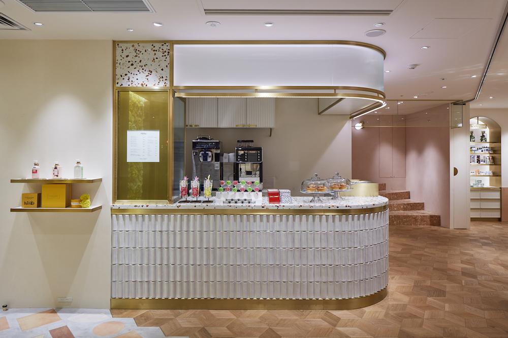 1階の「Comptoir Pierre Hermé」ではマカロンや焼き菓子、テイクアウト用のドリンク、ソフトクリームなどを購入できる