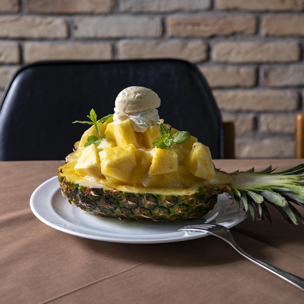 37ローストビーフ「ゴールデンパインと香るココナッツの南国風かき氷〜フレッシュパインのトッピングと完熟パインピューレがけ」¥1,400