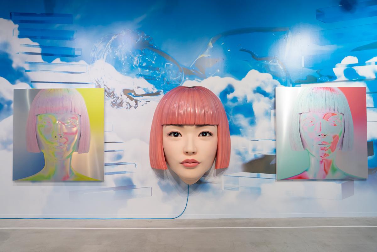 中央はAmazing JIROによる「daydreaming」(非売品)、左右はYOSHIROTTENの「immagination(yb ver.)」(左)と「immagination(rg ver.)」。Photo: Joshua Helius