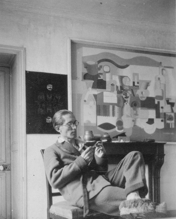 パリ、ジャコブ通りの自宅におけるル・コルビュジエと《多数のオブジェのある静物》(部分) 1923年  パリ、ル・コルビュジエ財団 ©FLC/ADAGP, Paris & JASPAR, Tokyo, 2018 B0365