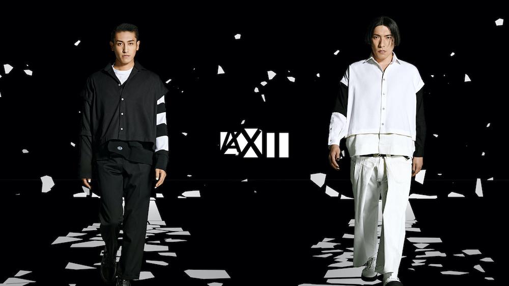 白と黒のアイテムに身を包み、髪も黒く染めて撮影に挑んだEXITの兼近(左)とりんたろー。(右)。