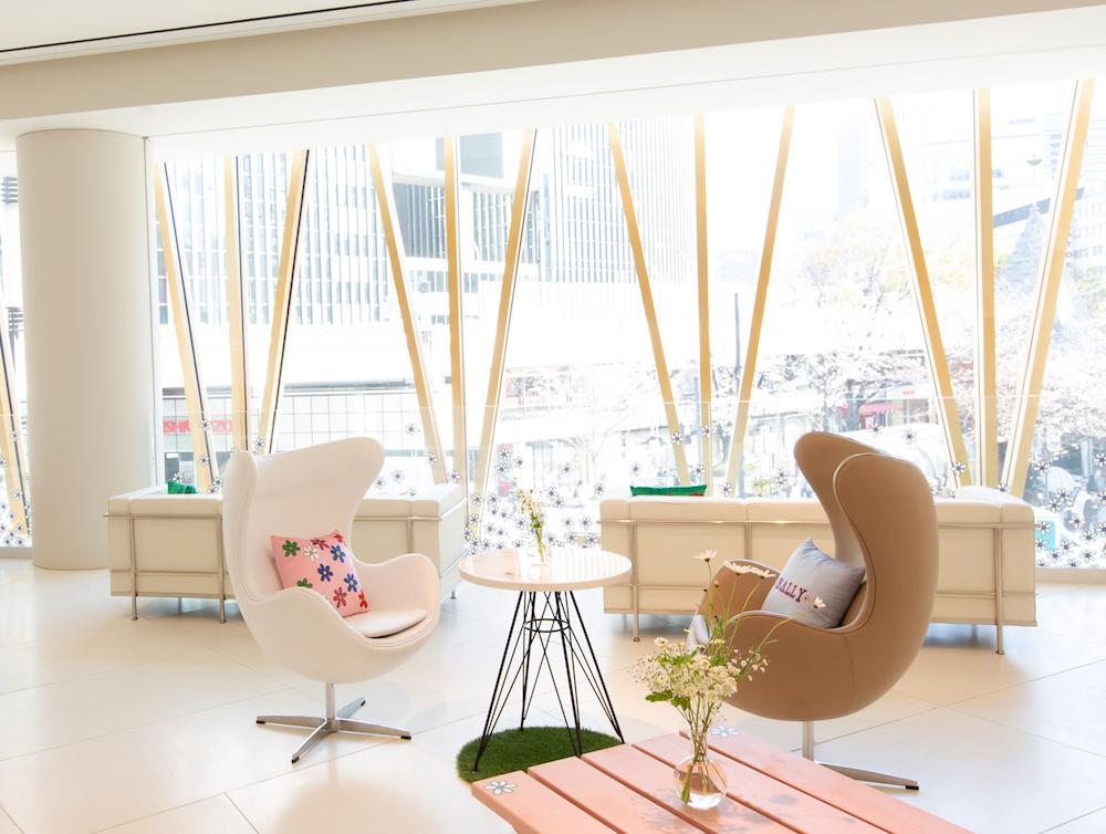 大きな窓から日差しが差し込む、クリーンな空間。窓も青山テルマによるキュートなデイジーが。
