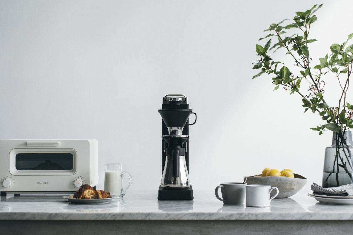 朝の一杯を特別なものにするコーヒーメーカー。「バルミューダ ザ・ブリュー 」(W14×D29.7×H37.9mm ※取っ手含む/サーバー:約500ml、水タンク:約490ml)¥59,400