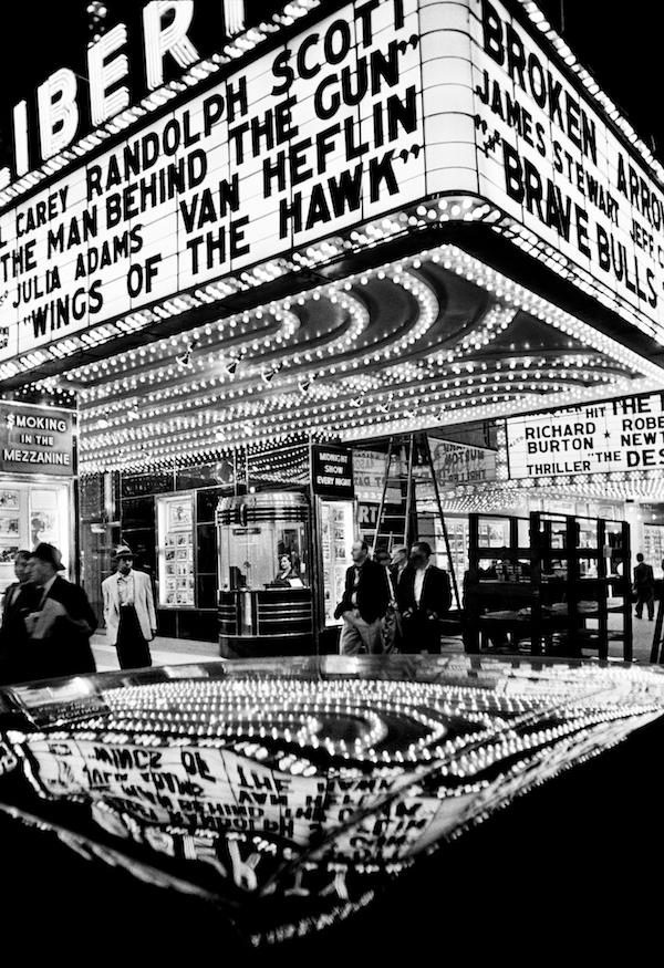 ウィリアム・クライン「Wings of the Hawk, New York 1955」