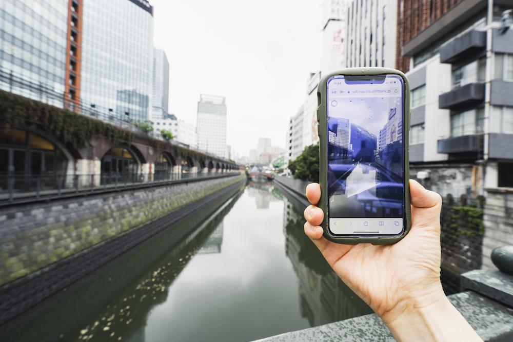 秋葉原の万世橋の上から見える「+EX」作品、山縣良和「mall Mountain in Tokyo」(2021)