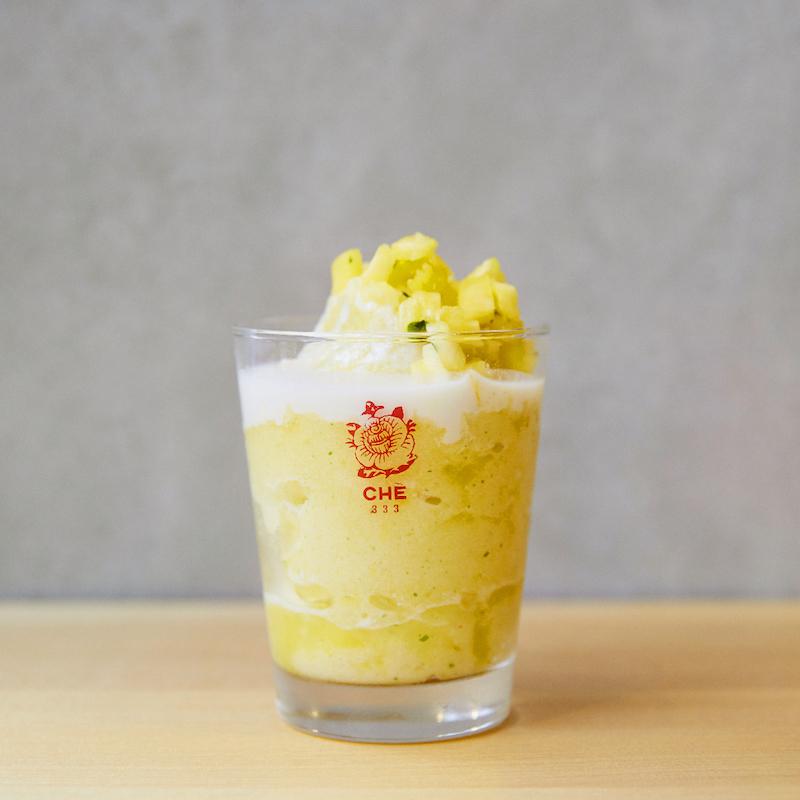 完熟パイナップルとミントのスムージーにココナッツ練乳ソースをトッピング、ザクッとカットしたパイナップルを添えたシントー。¥650