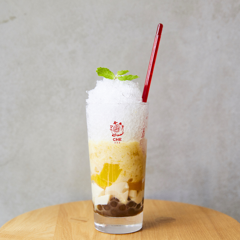 マンゴーココナッツのチェー。マンゴー、豆乳プリン、バナナ、クワイ、黒タピオカなどのバラエティに富んだ食感が楽しめる。¥750