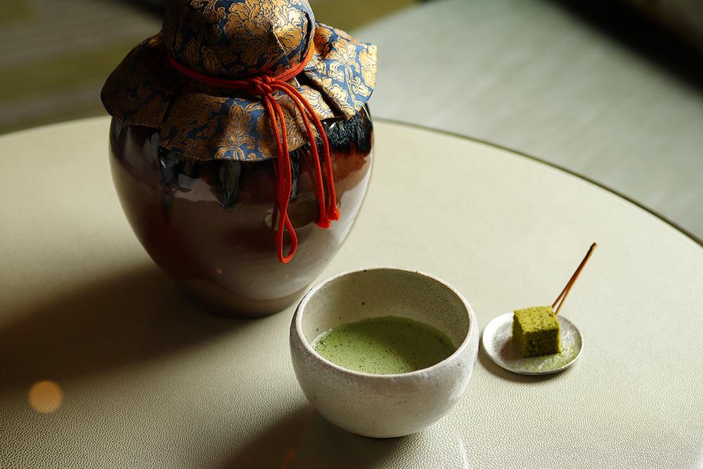 食事の最初に、「口切の茶事」にちなんで、茶壺の封を切って出したばかりの「蔵出し濃茶」と、薄茶を使った「蔵出し薄茶ケーキ」が。
