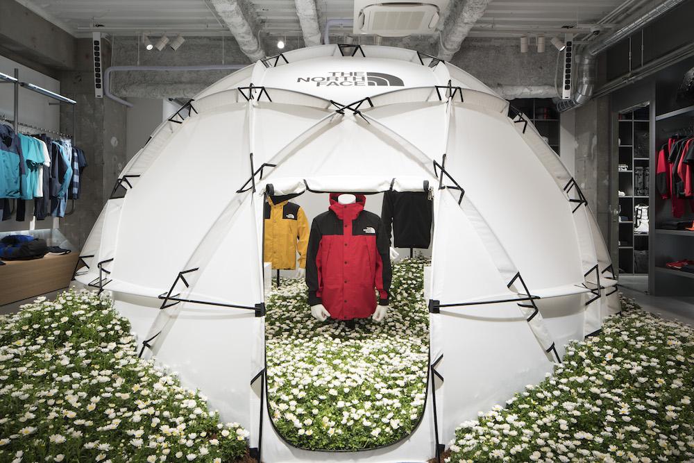 白を貴重にした明るいインテリアも印象的な「THE NORTH FACE ALTER」。店の真ん中にはドームテント「2-Meter Dome」が。