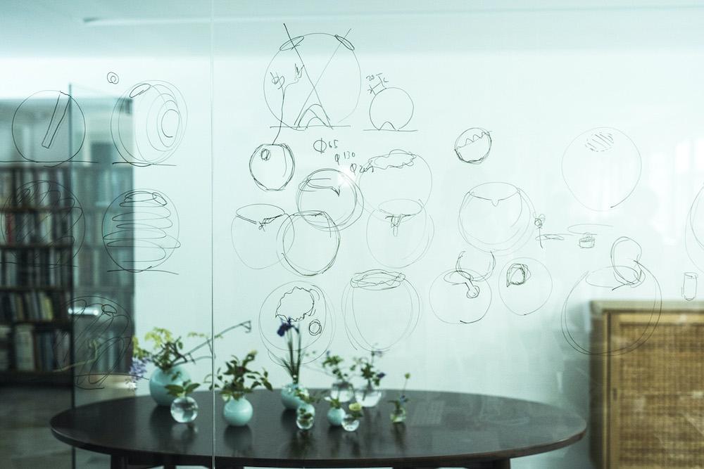 鈴木のオフィスのガラス壁に描かれた「ONE FLOWERWARE」のデザインスケッチ。