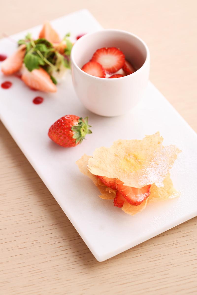 甘さ控えめないちごはサラダ仕立てに、酸味が穏やかないちごはアールグレイと共に、香り高いいちごは別のフルーツの香りと合わせて、甘さや酸味のバランスがよいいちごはそのままで楽しめる「いちごのデギュスタシオン」。「天吹 純米吟醸 いちご酵母 生」のオリジナルカクテルとともに。