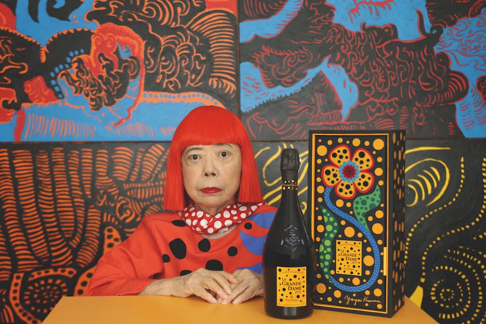 「ヴーヴ・クリコ ラ・グランダム 2012 草間彌生 ギフトボックス」と草間彌生。両者は以前も「マダム・クリコのアート展」でコラボレートしている。