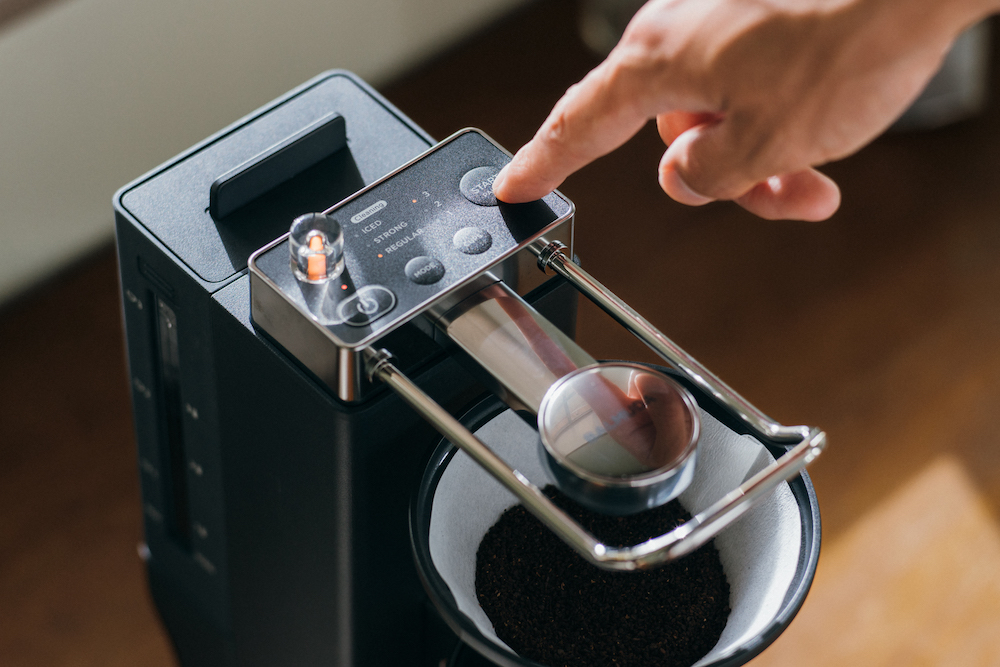 ドリッパーにフィルターをセットして、好きなコーヒー豆を中細挽き〜中挽きにしたものを入れてセット、タンクに水を入れてボタンを押すだけで準備完了。