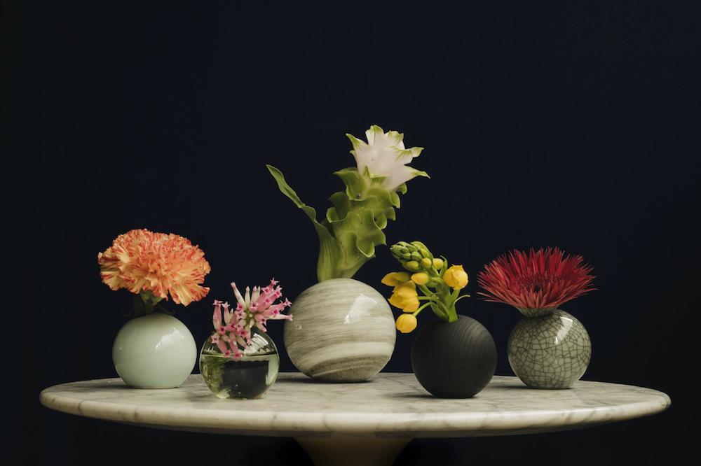 茎の途中で折れてしまった花や小ぶりの花なども、Sサイズの器に挿せば魅力的に。いくつかの種類を並べると面白い。