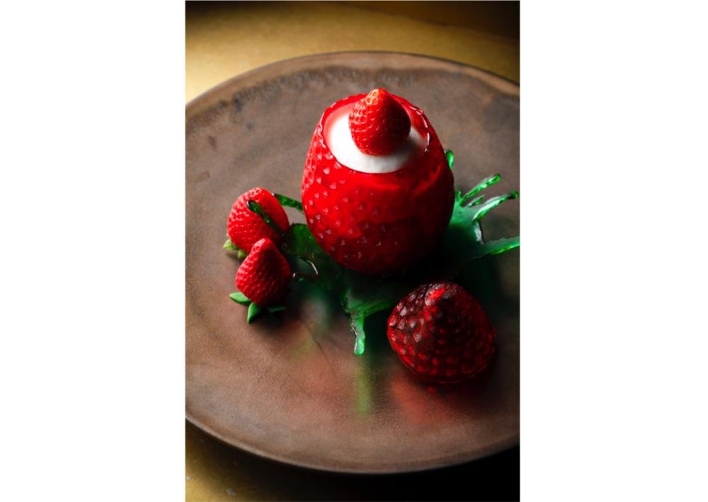 飴細工の苺のふたを開けるとフレッシュな苺が。