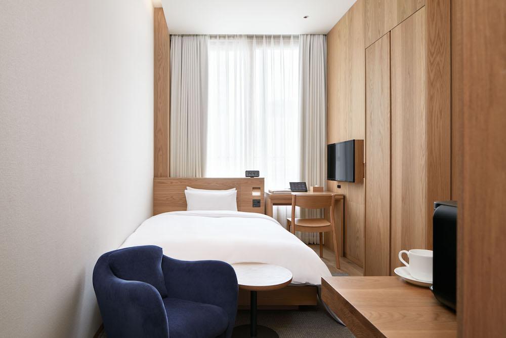 「MUJI HOTEL GINZA」最小の、セミダブルベッドのタイプAの部屋。¥14,900(消費税・サービス料込み)
