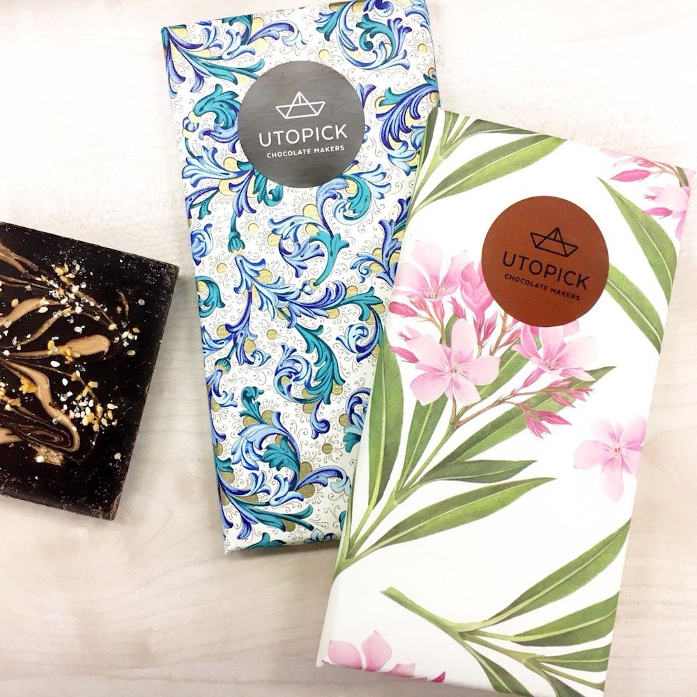 ユートピック「ゴマ&ジャンドゥーヤ チョコレート」¥1,400(左)、「モカチーノ チョコレート」¥1,400(右)
