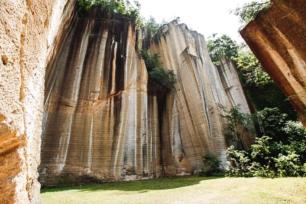 会場となる瓜割石庭公園の巨大な壁面。現在はコンサート会場などとしても使われているそう。