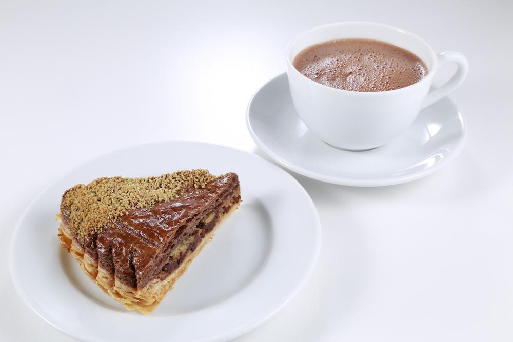 カットしたガレット デ ロワと、好みのドリンクをセットで楽しめる「ムニュ ガレット デ ロワ」¥1,300 ※ドリンクは紅茶、コーヒー(新宿店を除く)、チョコレートドリンク