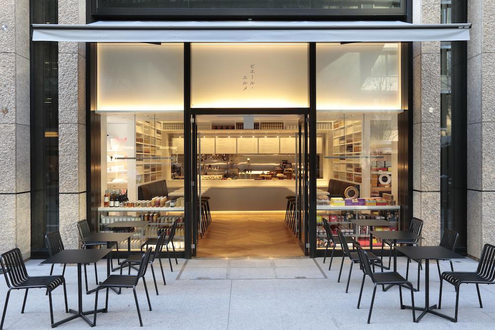 棚に整然と並べられた商品そのものが空間を構成する、美しい店舗デザインが印象的。晴れた日には丸の内仲通りに面したテラス席も使える。