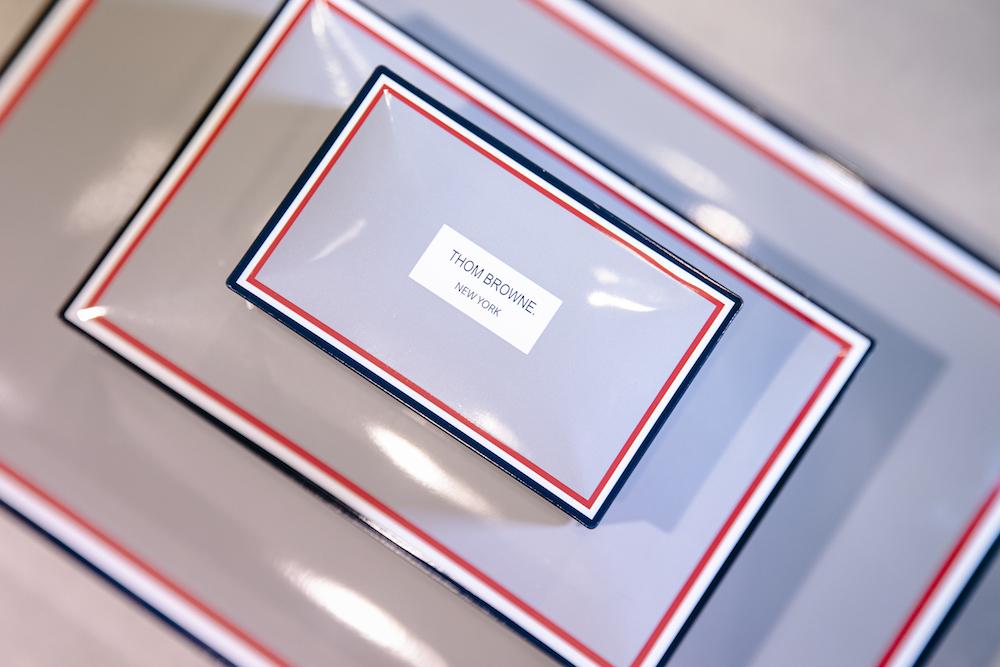 「トム ブラウン」を象徴するストライプとロゴが入ったパッケージ。2個入り ¥2,000/12個入り ¥5,500/24個入り ¥9,500