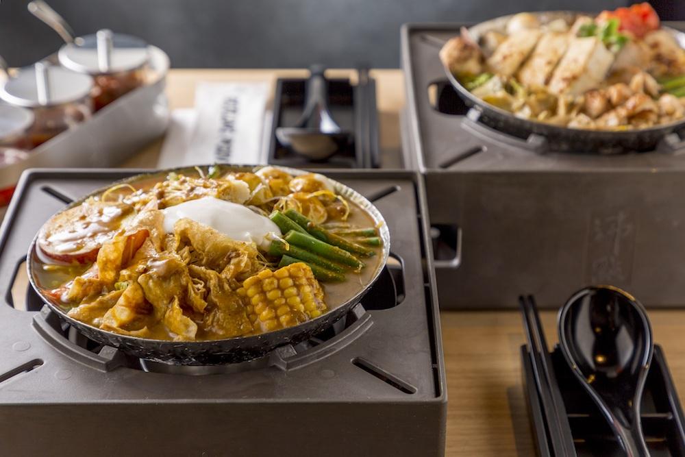 (手前)「咖喱クリーム鍋」¥1,580(奥)「ハウススペシャル鍋」¥1,480