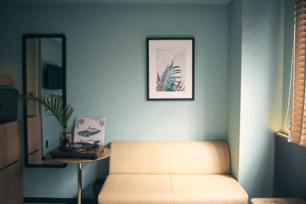リラックスして過ごせる客室。「ホテルし〜」にはレイとチェックアウトなどのオプションもついてくるのが嬉しい。
