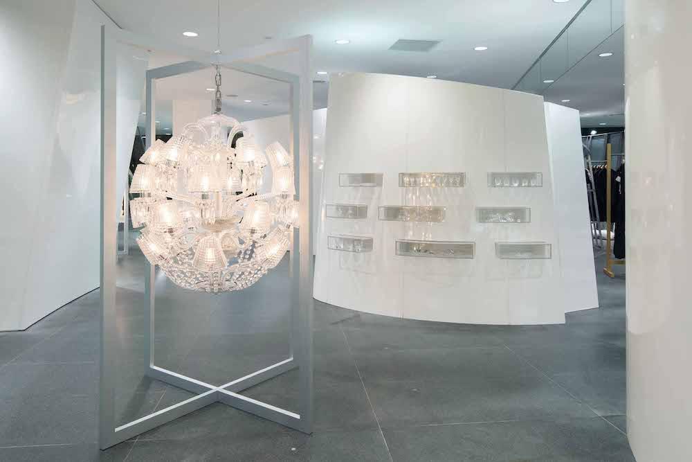 コム デ ギャルソン青山店がバカラのクリスタルで変身。手前のシャンデリアはマルセル・ワンダースのデザインによる「ル ロワ ソレイユ シャンデリア」。