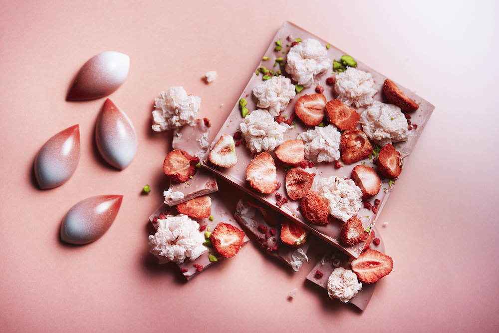(左から)「桜ボンボン」(3個セット)¥2,037、「桜ルビーチョコレート」¥2,593