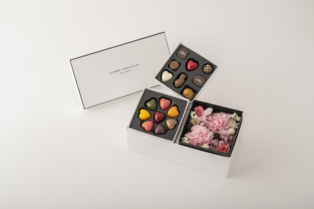 プリザーブドフラワーボックスと、色鮮やかなハートのプラリーヌを詰め合わせた「レ クール 8個入り」、定番コレクションと人気の粒チョコレートの組み合わせが楽しめる「セレクション 8個入り」で構成される「マルコリーニ マザーズデー リミテッド ボックス C」¥10,200