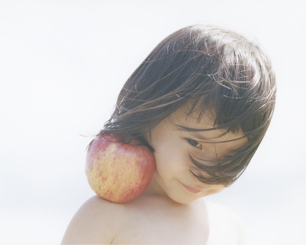 『PRIMAL』では空だけをバックに、上半身裸の2〜3歳の子どもを果物とともに撮影。
