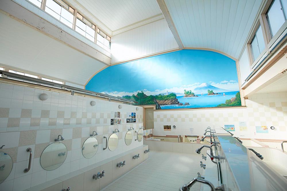 水風呂が気持ちよく、温冷交互浴の聖地としても知られる小杉湯。営業時間前にさまざまなイベントも行われている。