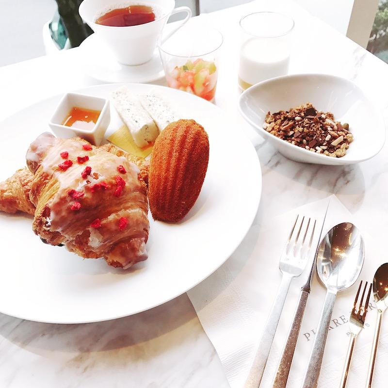 焼きたてクロワッサンや焼き菓子、グラノーラなどが並ぶ朝食は、季節ごとにメニューも変化。1名 4,200円(税・サービス料込)