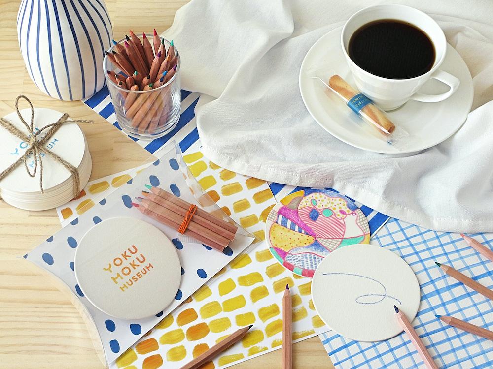 併設の「カフェ ヴァローリス」では美術館の新しい楽しみ方としてアートキットメニュー「art for café」(¥1,500)を用意。第一弾は10月25日(日)~11月29日(日)の「世界で1つだけのコースターをつくろう」。