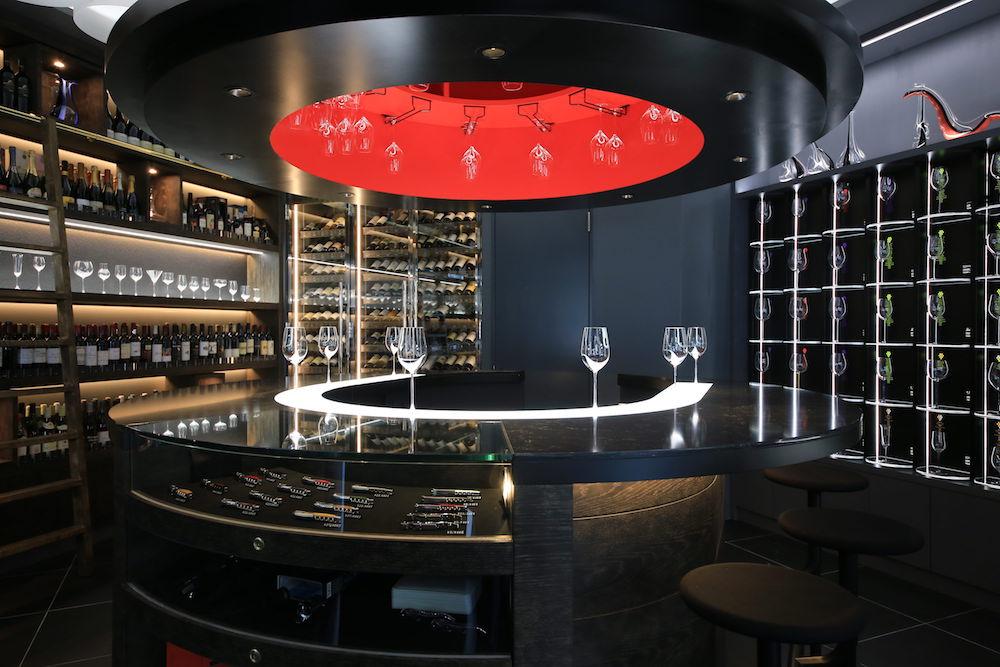 店内で購入したワインをカウンターで抜栓、100種類以上のグラスから最適なものを選んで飲むこともできる。