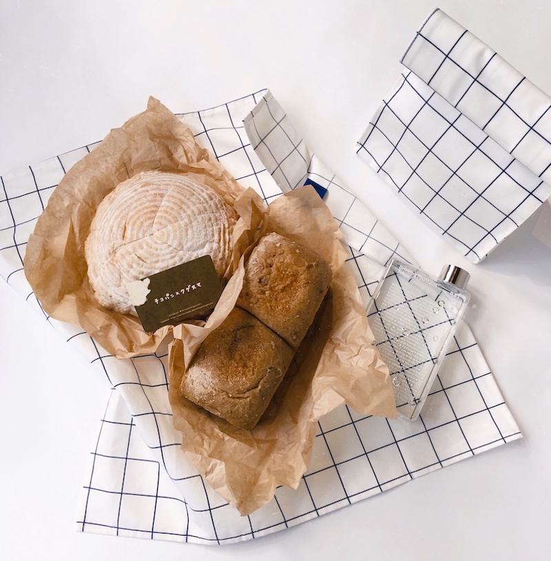「カンパーニュ」¥1,200、「食パン」¥640