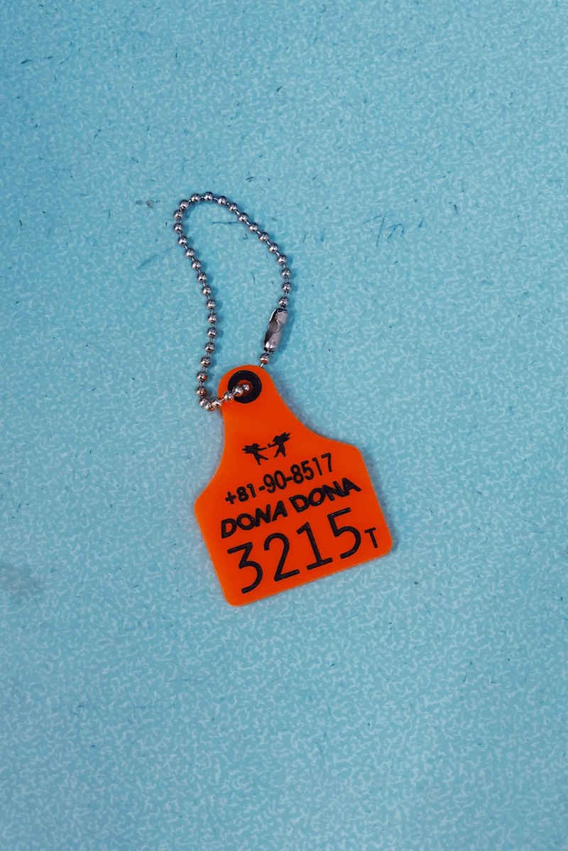 家畜の耳タグを利用したキーリングは¥3,000以上購入した人にプレゼントされるノベルティ。