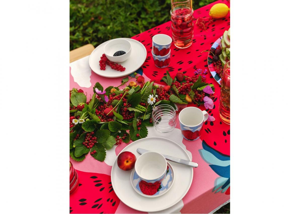 マイヤ・イソラの「マンシッカヴオレット」柄のアイテムで構成されたテーブル。